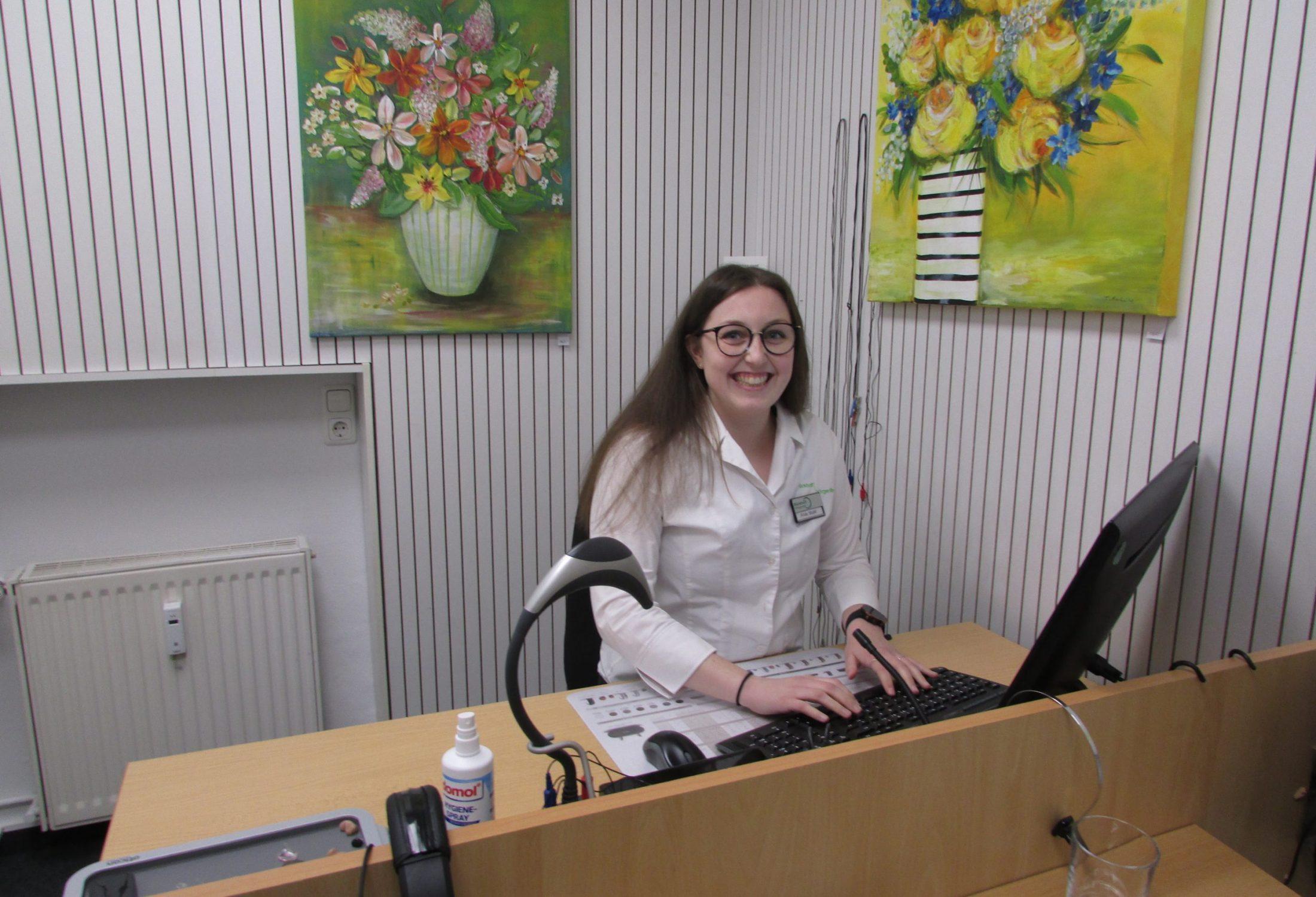 Frau Stahl in der Hörkabine der Filiale Elbestraße in Braunschweig